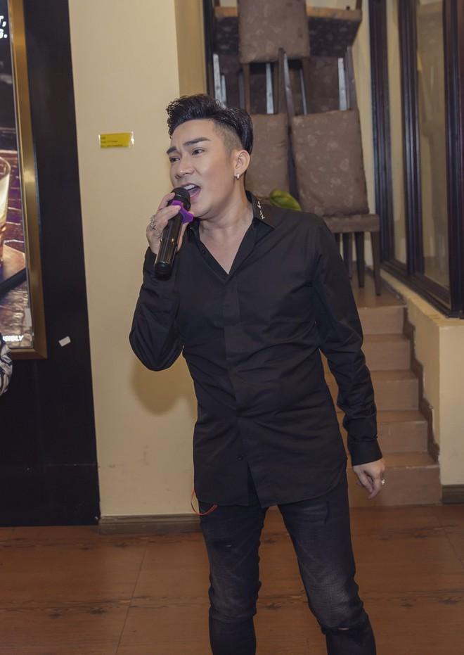 Phi Thanh Vân mặc sexy đến chúc mừng sinh nhật ông bầu Quang Cường - Ảnh 6.