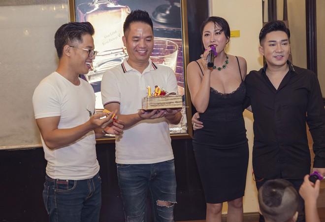 Phi Thanh Vân mặc sexy đến chúc mừng sinh nhật ông bầu Quang Cường - Ảnh 4.