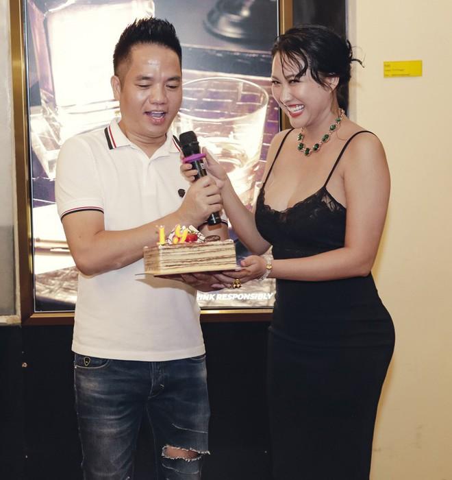 Phi Thanh Vân mặc sexy đến chúc mừng sinh nhật ông bầu Quang Cường - Ảnh 3.