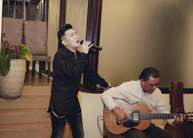 Phi Thanh Vân mặc sexy đến chúc mừng sinh nhật ông bầu Quang Cường - Ảnh 5.