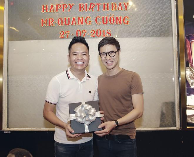 Phi Thanh Vân mặc sexy đến chúc mừng sinh nhật ông bầu Quang Cường - Ảnh 9.