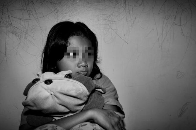 Tên khách trọ đã dùng đồ chơi để dụ dỗ chiếm lòng tin rồi hãm hiếp nạn nhân nhiều lần. (Ảnh minh họa)