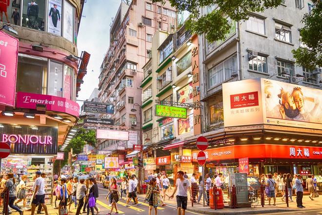 Hong Kong: Say xỉn rồi ngủ quên trên phố, nhân viên ngân hàng bị trộm cuỗm mất 57000 USD - Ảnh 1.