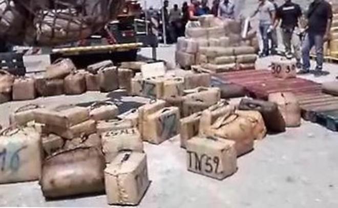 Italy triệt phá phi vụ buôn lậu ma túy trị giá 200 triệu euro giấu trong thùng nhiên liệu - Ảnh 1.