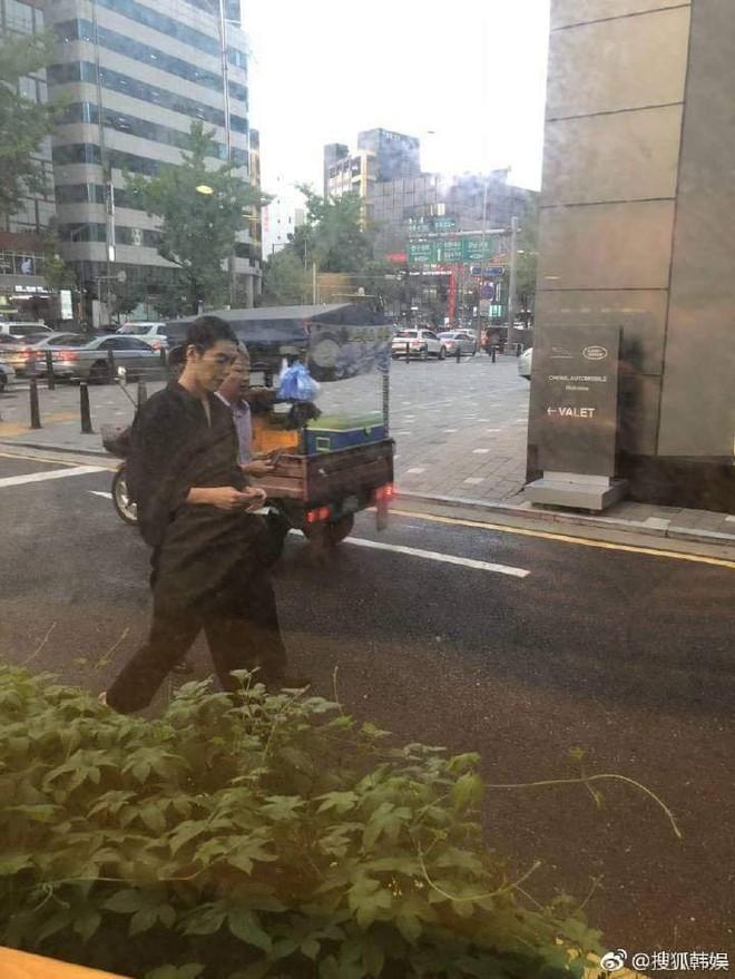 Sau 1 năm chiến đấu với bệnh ung thư, Kim Woo Bin cuối cùng đã lộ diện với thân hình gầy gò đáng xót xa - Ảnh 1.
