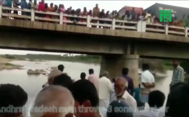 Cãi nhau với vợ, chồng nhẫn tâm ném 3 con nhỏ xuống sông