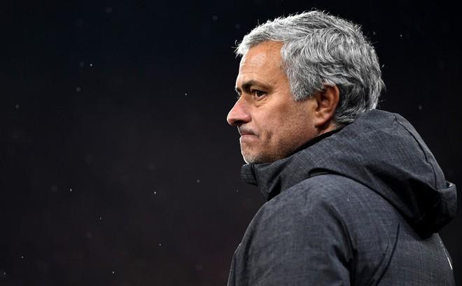 Man United nội chiến: Hãy làm việc cho tốt đã, Mourinho!