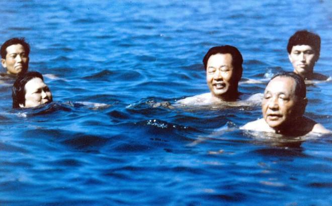 Bí mật Bắc Đới Hà: Cảnh vệ bơi kè sát và tạo thành vòng tròn trên biển bảo vệ nguyên thủ