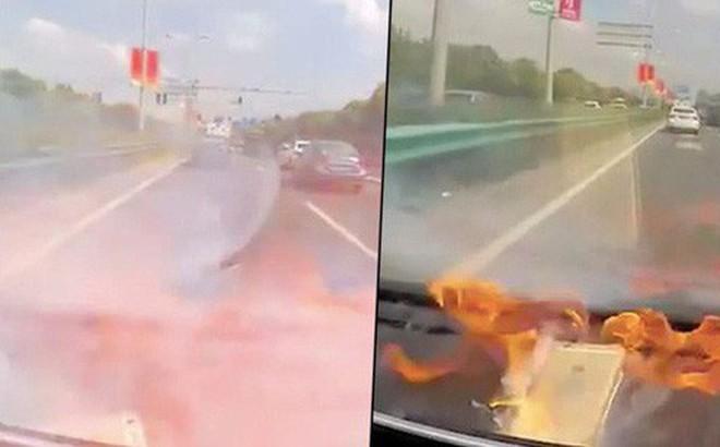 Trung Quốc: iPhone 6 xì khói, bốc lửa, bửa đôi trong ô tô sau khi thay pin hàng chợ