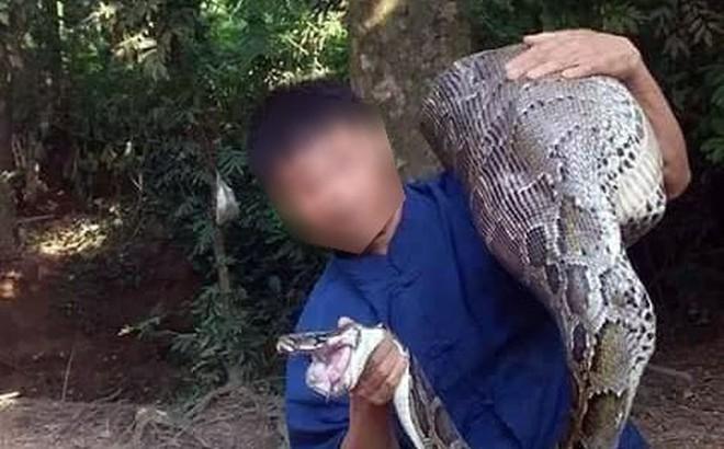 Dân bắt sống con trăn khổng lồ nuốt dê ở Lạng Sơn