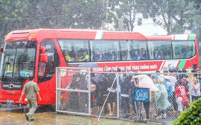 Mưa như trút nước, cổ động viên vẫn bao vây xe chở U23 Việt Nam