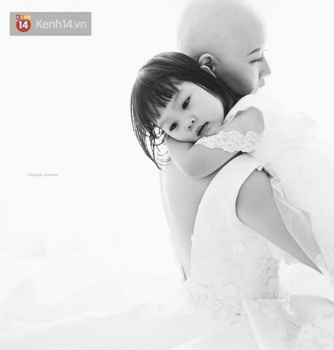Bộ ảnh mẹ không có tóc bên con gái nhỏ đầy xúc động: Mình đã từng nghĩ không sống nổi với hình hài này - Ảnh 2.