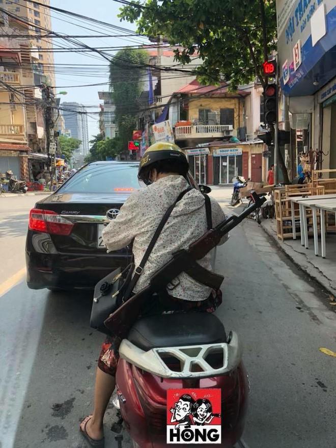 Cư dân mạng sốc khi nhìn chị ninja đeo súng AK đi hiên ngang trên phố - Ảnh 1.