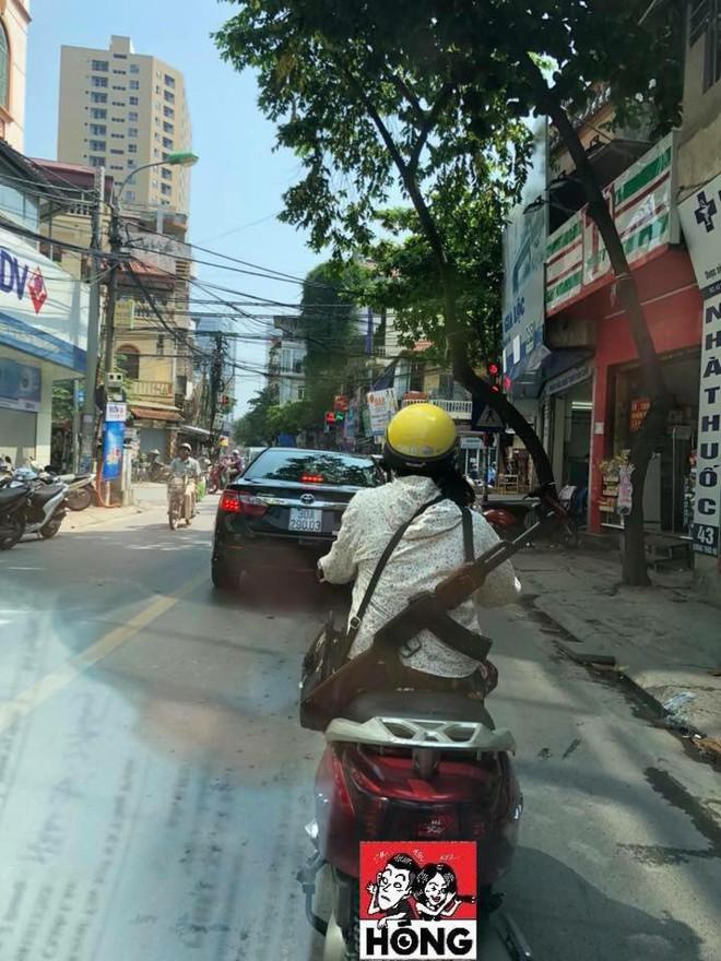 Cư dân mạng sốc khi nhìn chị ninja đeo súng AK đi hiên ngang trên phố - Ảnh 2.