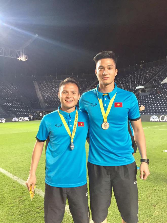 CĐV Indonesia hào hứng, vây quanh cầu thủ U23 Việt Nam chụp ảnh kỷ niệm - ảnh 9