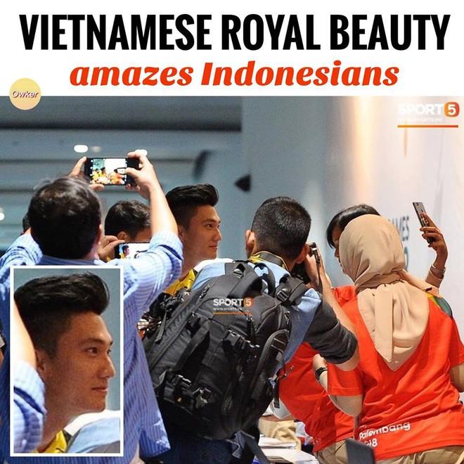 CĐV Indonesia hào hứng, vây quanh cầu thủ U23 Việt Nam chụp ảnh kỷ niệm - ảnh 5