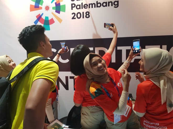 CĐV Indonesia hào hứng, vây quanh cầu thủ U23 Việt Nam chụp ảnh kỷ niệm - ảnh 1