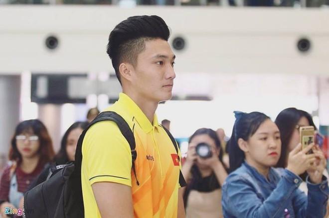 CĐV Indonesia hào hứng, vây quanh cầu thủ U23 Việt Nam chụp ảnh kỷ niệm - ảnh 11