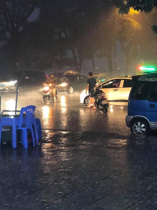 Giữa lúc mưa to, người đàn ông bỏ lại xe chạy ra giữa đường khiến nhiều người khó hiểu - ảnh 2