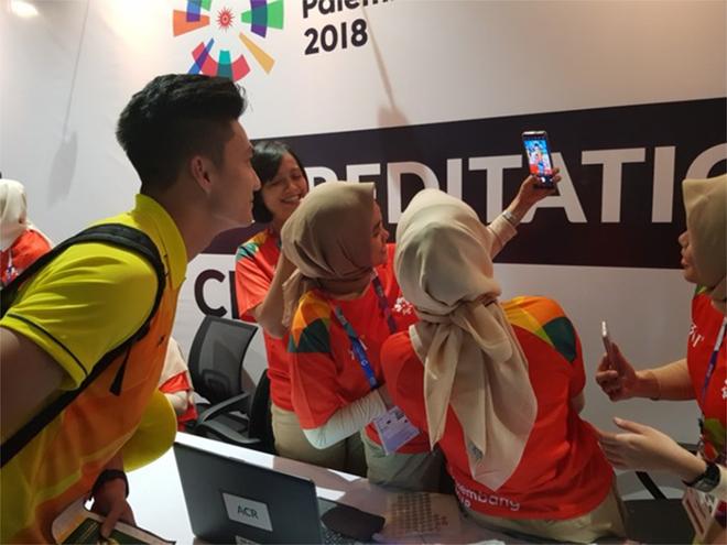 CĐV Indonesia hào hứng, vây quanh cầu thủ U23 Việt Nam chụp ảnh kỷ niệm - ảnh 2