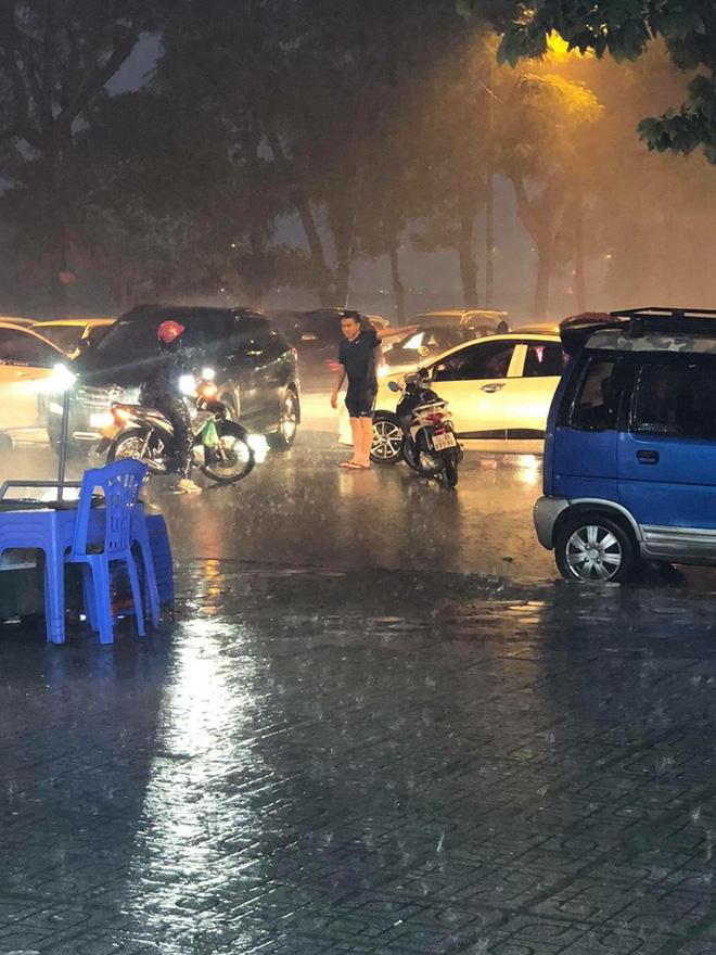 Giữa lúc mưa to, người đàn ông bỏ lại xe chạy ra giữa đường khiến nhiều người khó hiểu - ảnh 1
