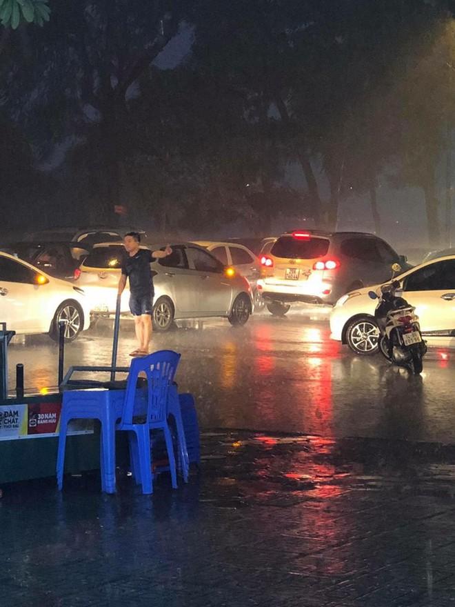 Giữa lúc mưa to, người đàn ông bỏ lại xe chạy ra giữa đường khiến nhiều người khó hiểu - ảnh 3