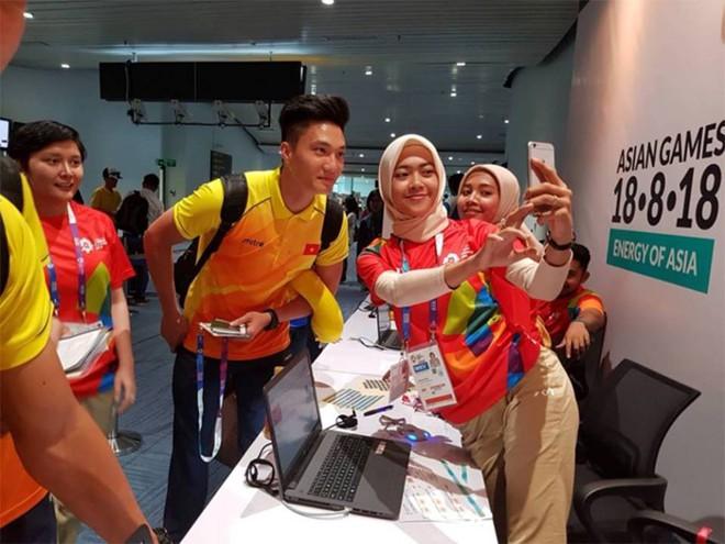 CĐV Indonesia hào hứng, vây quanh cầu thủ U23 Việt Nam chụp ảnh kỷ niệm - ảnh 3