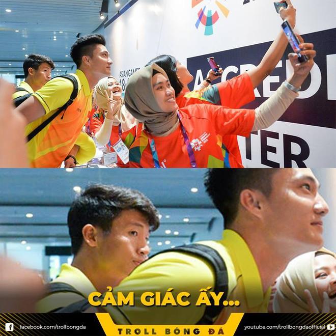 CĐV Indonesia hào hứng, vây quanh cầu thủ U23 Việt Nam chụp ảnh kỷ niệm - ảnh 4