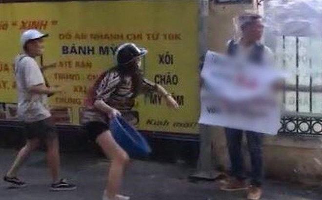 """Đứng trước trường Đại học cầm bảng quảng cáo """"vào website nhận 5 triệu"""", thanh niên bị cô gái hất nguyên chậu nước vào mặt"""
