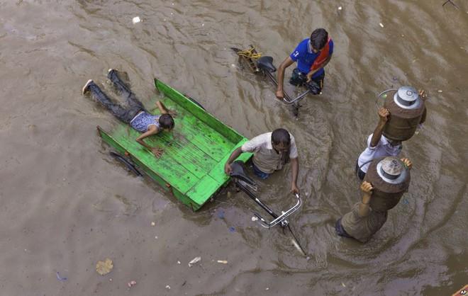 24h qua ảnh: Cá bị nước cuốn lên đường phố sau bão lớn ở Philippines - ảnh 7