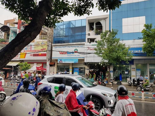 Thanh niên cướp ngân hàng ở Sài Gòn: Cầm 700.000 đồng rồi ngồi xuống đếm tiền - Ảnh 1.