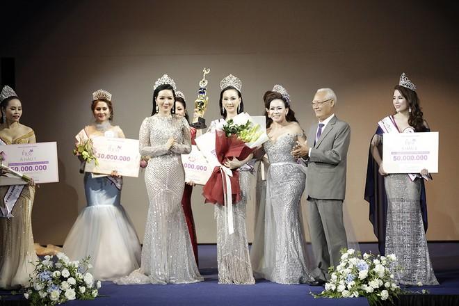 Giáng My, Nguyên Vũ trao vương miện cho cựu người mẫu 20 năm rời xa showbiz - Ảnh 7.