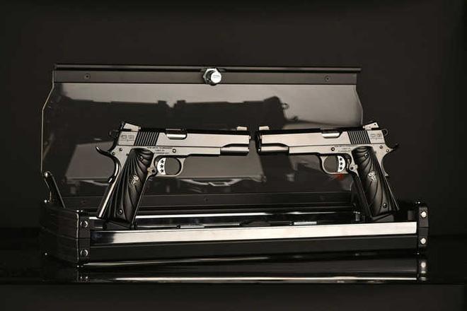 Chiêm ngưỡng cặp súng ngắn M1911 đối xứng gương siêu đẹp, siêu đắt - Ảnh 1.