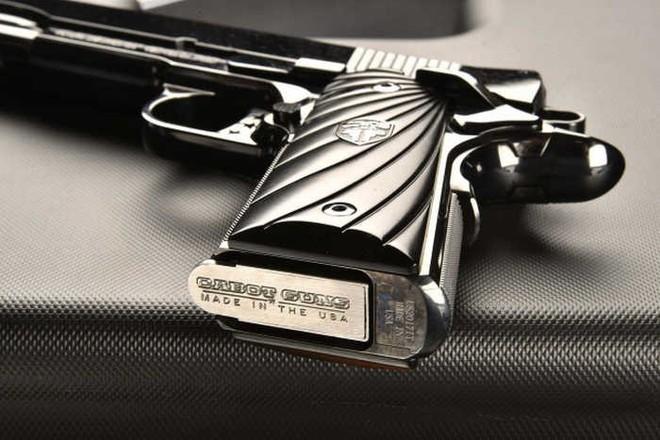 Chiêm ngưỡng cặp súng ngắn M1911 đối xứng gương siêu đẹp, siêu đắt - Ảnh 2.