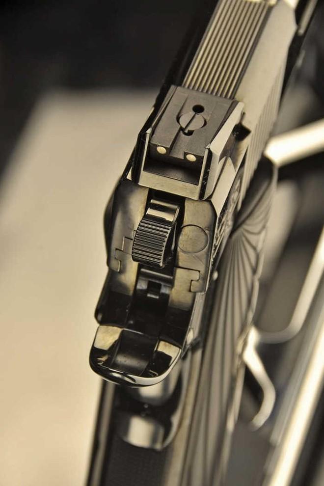 Chiêm ngưỡng cặp súng ngắn M1911 đối xứng gương siêu đẹp, siêu đắt - Ảnh 4.
