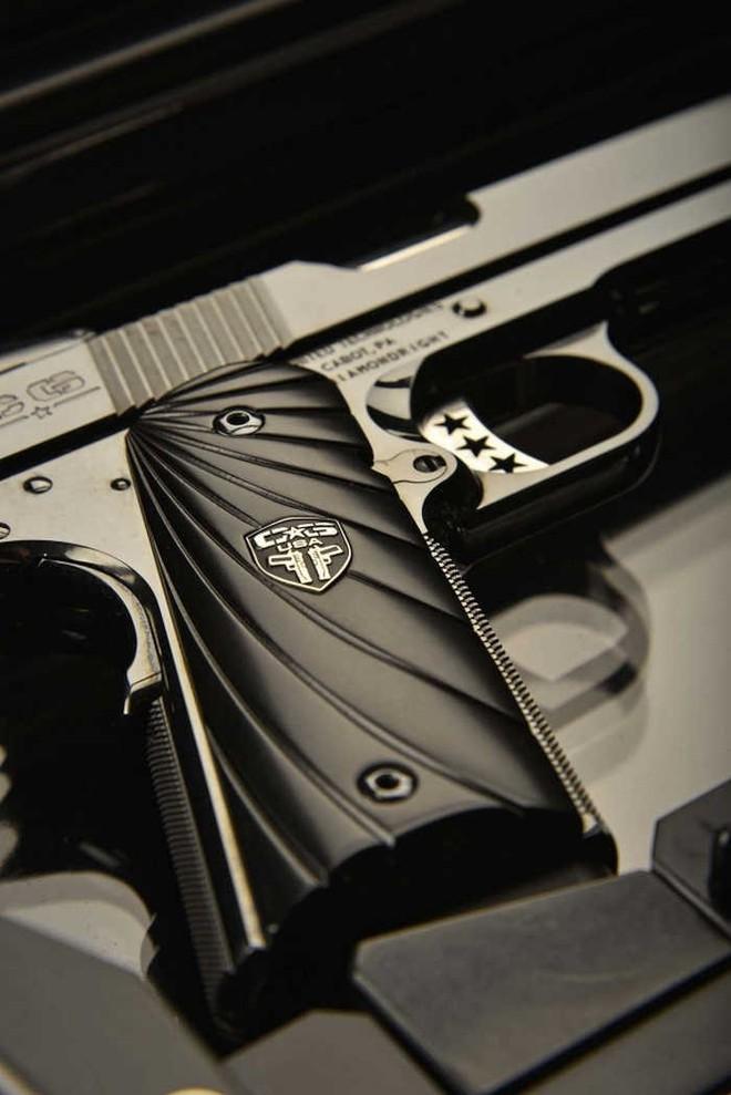 Chiêm ngưỡng cặp súng ngắn M1911 đối xứng gương siêu đẹp, siêu đắt - Ảnh 5.