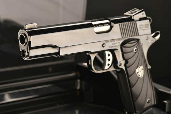 Chiêm ngưỡng cặp súng ngắn M1911 đối xứng gương siêu đẹp, siêu đắt - Ảnh 9.