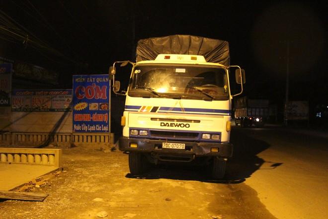 Người phụ nữ bị cán tử vong, người dân đuổi chặn xe tải gây nạn - Ảnh 1.