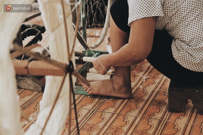 Người phụ nữ Hà Nội đầu tiên dệt lụa từ tơ sen: 4.800 cuống sen cho một chiếc khăn quàng cổ dài 1,7 mét - Ảnh 14.