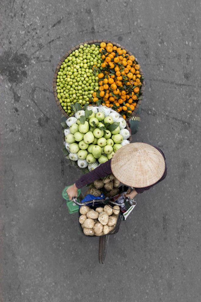 Sau Cầu Vàng, những bức chụp người bán hàng rong Hà Nội hút hồn các nhiếp ảnh gia thế giới - Ảnh 3.