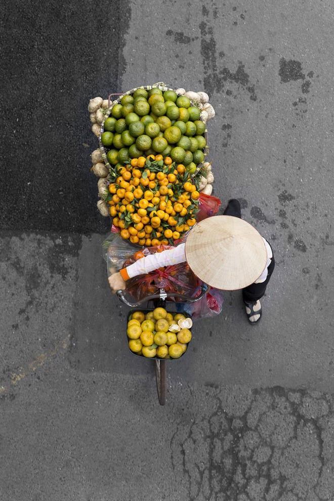 Sau Cầu Vàng, những bức chụp người bán hàng rong Hà Nội hút hồn các nhiếp ảnh gia thế giới - Ảnh 4.