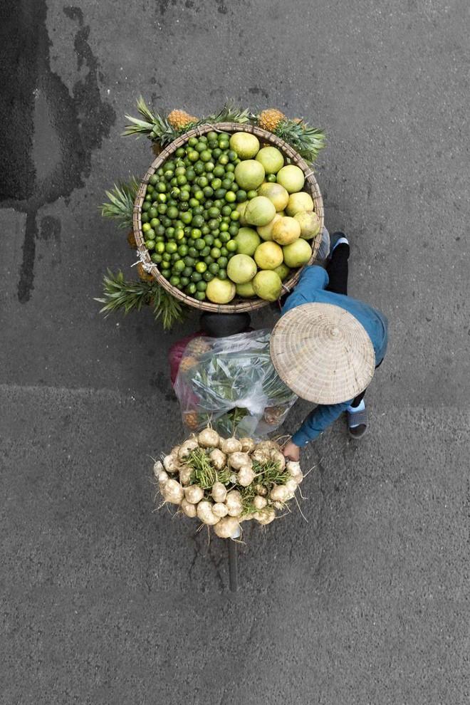 Sau Cầu Vàng, những bức chụp người bán hàng rong Hà Nội hút hồn các nhiếp ảnh gia thế giới - Ảnh 5.