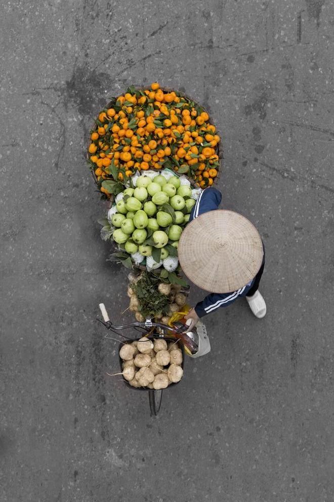 Sau Cầu Vàng, những bức chụp người bán hàng rong Hà Nội hút hồn các nhiếp ảnh gia thế giới - Ảnh 6.