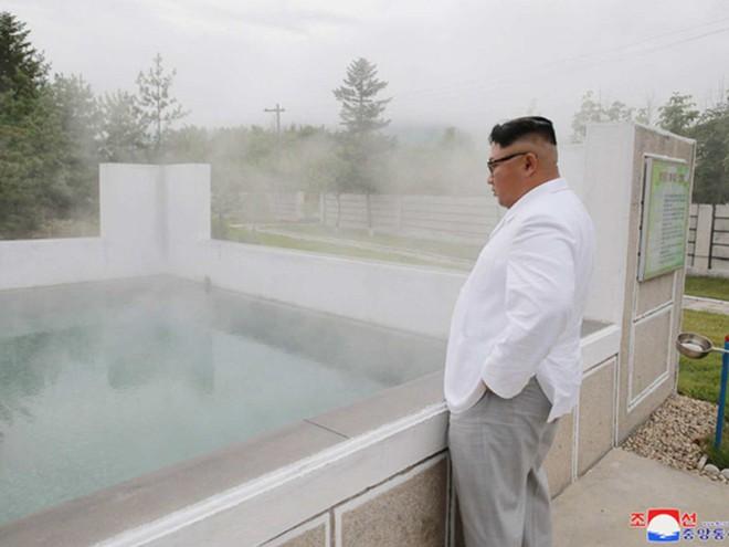 Triều Tiên lần đầu công bố hình ảnh gây sốt: Nhà lãnh đạo Kim Jong-un dầm mưa đi thị sát - Ảnh 3.