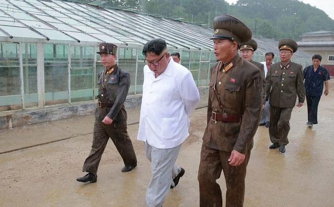Triều Tiên lần đầu công bố hình ảnh gây sốt: Nhà lãnh đạo Kim Jong-un dầm mưa đi thị sát