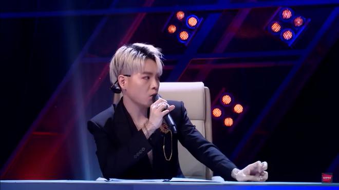 Hoàng Thùy Linh cãi tay đôi với nhà báo trên sóng truyền hình - Ảnh 4.