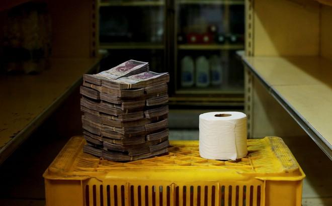 7 ngày qua ảnh: Cuộn giấy vệ sinh trị giá bằng cả đống tiền ở Venezuela