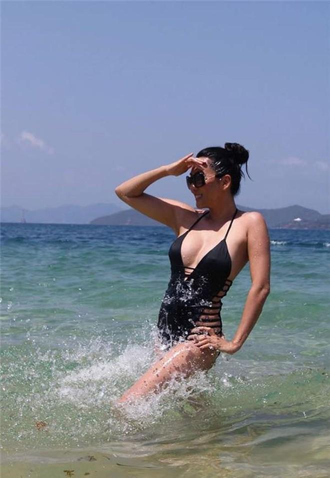 MC Nguyễn Cao Kỳ Duyên khoe body nóng bỏng ở tuổi U60 - Ảnh 2.