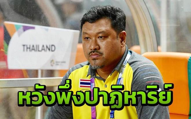 Bị loại ê chề, HLV Srimaka nhận phán quyết bất ngờ từ Chủ tịch LĐBĐ Thái Lan