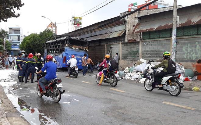 Xe khách Việt Thắng bốc cháy dữ dội giữa trưa, cả khu phố náo loạn ở Sài Gòn 1
